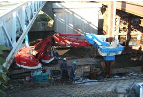 CHV-300による狭隘地H形鋼杭施工